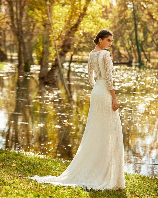Braut trägt bohemian Hochzeitskleid am See