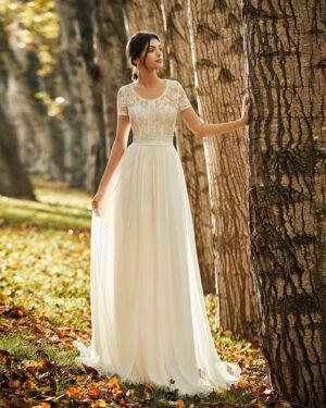 Frau trägt fließendes Hochzeitskleid mit T-Shirt Ärmeln