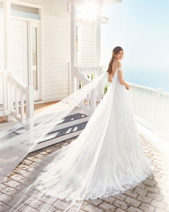 Brautkleid Prinzessin mit Schulterschleppe doppelter Spitzenlage Brautmode Hildesheim