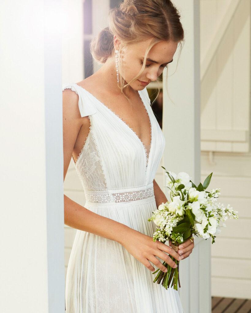 Braut trägt Brautstrauss Kollektion 2020