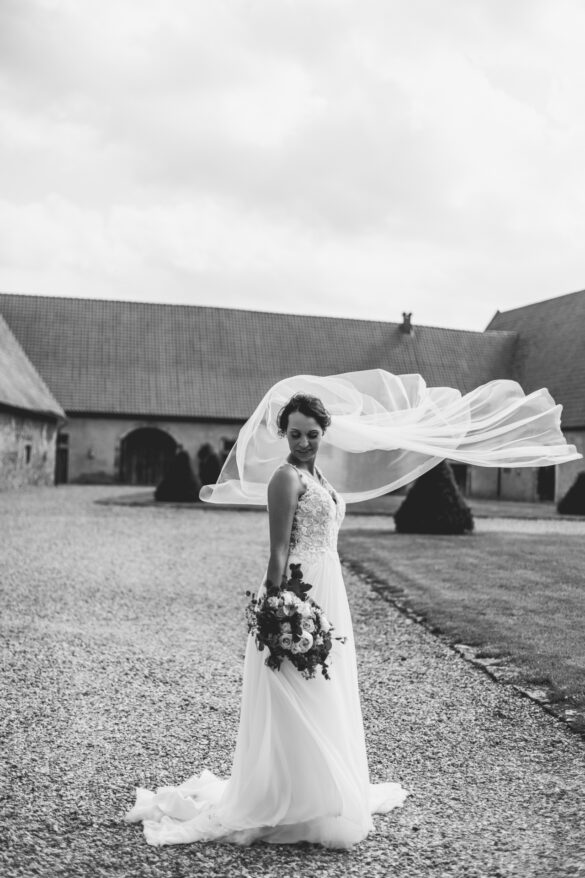 Braut mit wehendem Schleier