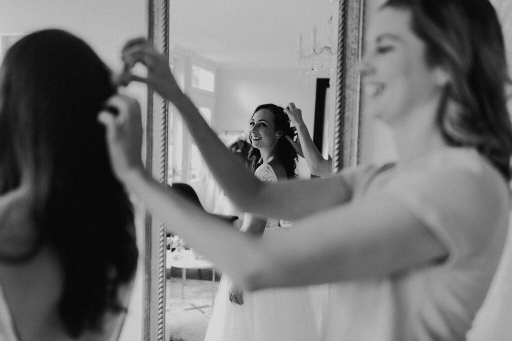 Braut im Brautkleid mit Accessoires