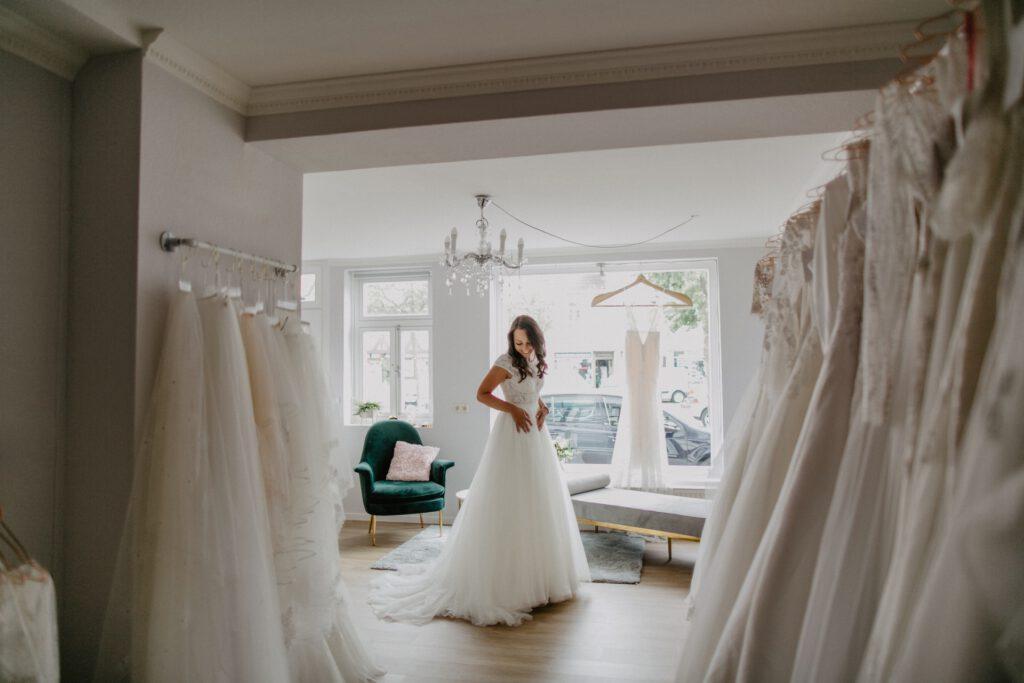 Braut im Brautkleidstore Hochzeitsblume