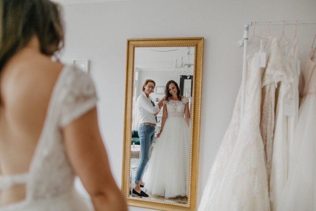 Braut und Brautberaterin Hochzeitsblume Brautkleider
