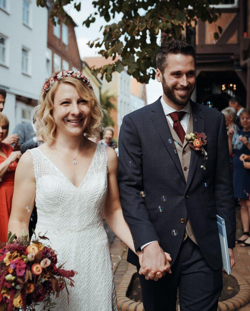 Braut mit Brautkleid aus Hochzeitsblume und Bräutigam