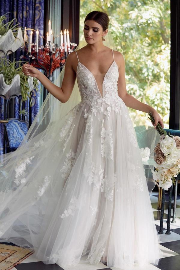 Brautkleid moderne Prinzessin mit tiefem Ausschnitt floraler Spitze Hochzeitskleid Helmstedt