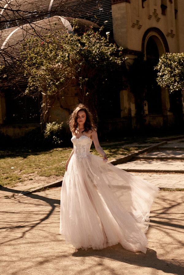 Korsagenkleid mit Schlitz Brautkleid mit Blumen moderne Prinzessin Brautmode Salzgitter Hochzeitsblume