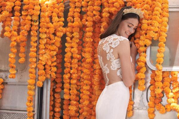 Frau im Brautkleid mit orangen Blumen
